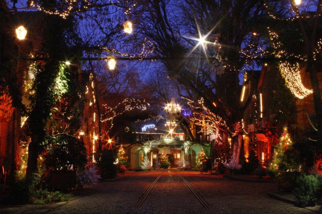 Rue de Noël Illuminée